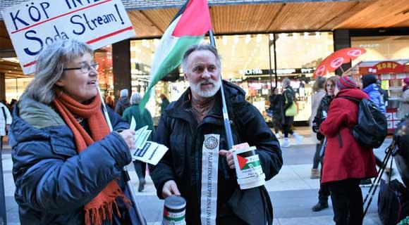 """السويد : مناضلون من جمعية فلسطين دعوا مواطنيهم إلى مقاطعة البضائع """"الإسرائيلية"""""""